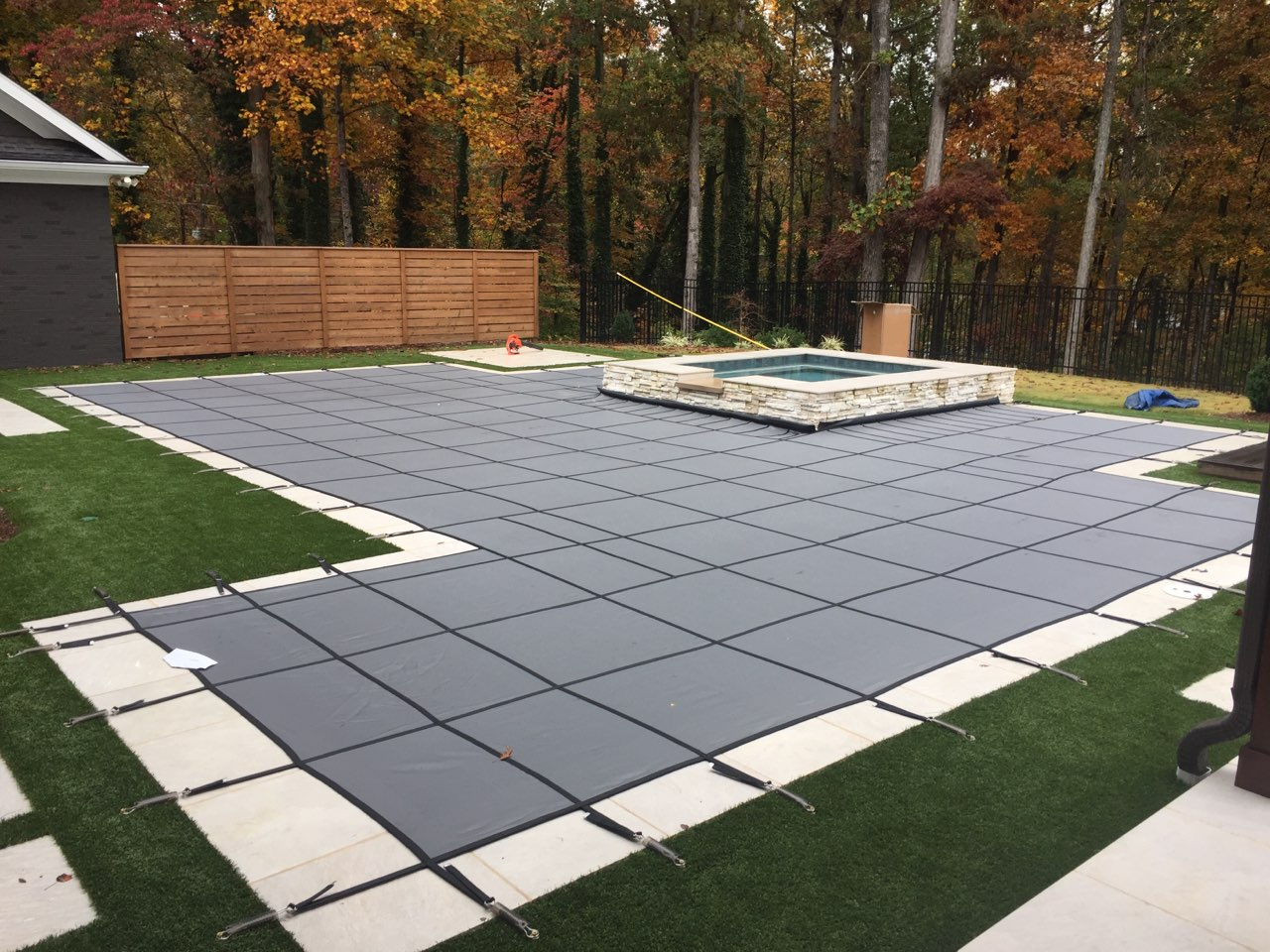 Keeping Your Pool Cover Free Of Leaves & Debris This Winter