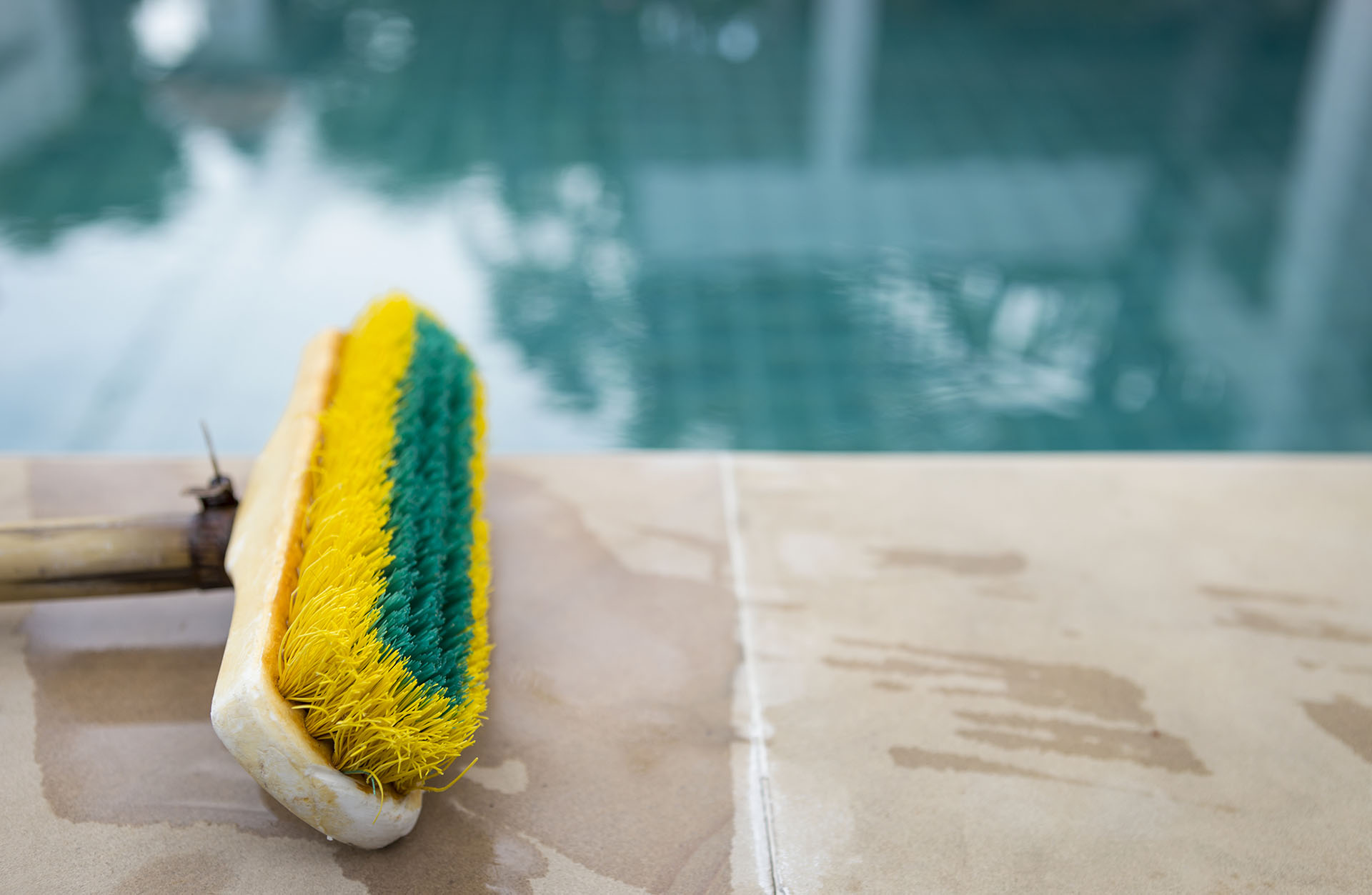 How to Remove Calcium Scaling from a Swimming Pool